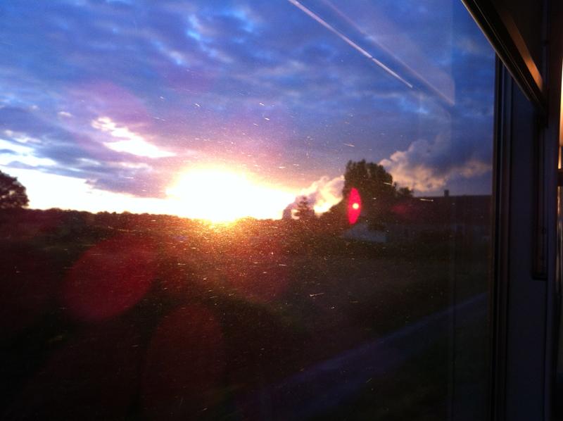 Vue du soir par la fenêtre du TGV.