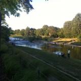 Tout en bas, dans la vallée, le fleuve se transforme en tableau impressionniste. Le ciel va s'embrasser, on est le 14Juillet.