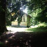 Passé le pont de bois, une maison.
