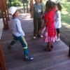 À la récré, l'homme de l'espace fait danser les enfants.