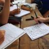 Des mains en écriture.